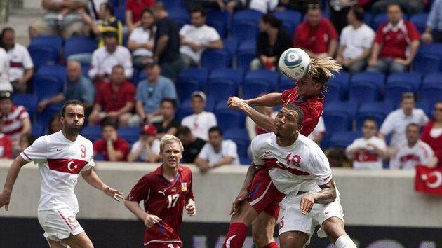 Jan Rajnoch hlavičkuje v zápase s Tureckem.