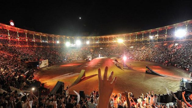 Nadšené ovace diváků v býčí aréně Las Ventas v Madridu při jízdě Robbieho Maddisona.
