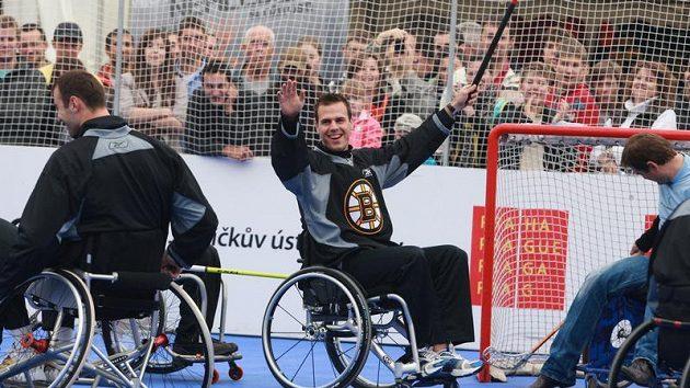 David Krejčí se raduje po vstřelní gólu Jedličkovu ústavu při street hokeji na Staroměstském náměstí.