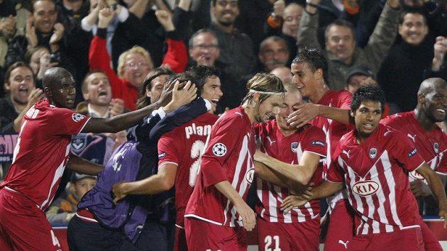 Fotbalisté Bordeaux se radují z gólu v Lize mistrů.
