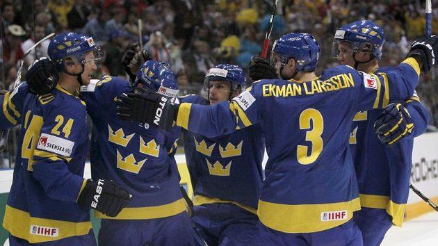 Hokejisté Švédska se radují z branky do sítě České republiky v semifinále mistrovství světa.