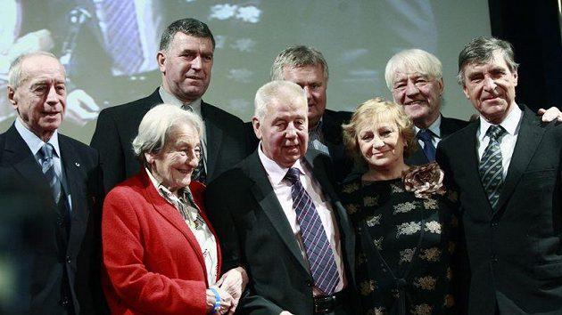 Josef Masopust (uprostřed) s gratulanty. Po pravici fotbalové legendy Dana Zátopková, po levici Věra Čáslavská.