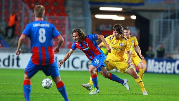 Plzeňský Petr Jiráček se snaží uniknout Filippu Rudikovi z Borisova.
