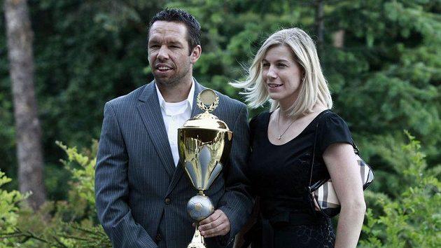 Pavel Horváth s manželkou a cenou pro Krále ligových trávníků