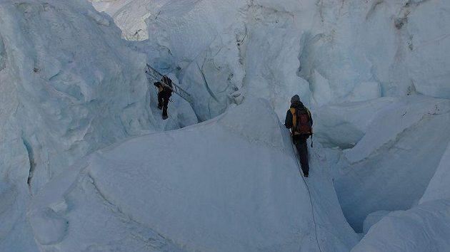 Průstup ledopádem Khumbu, který stojí v cestě na Mt. Everest a Lhoce.