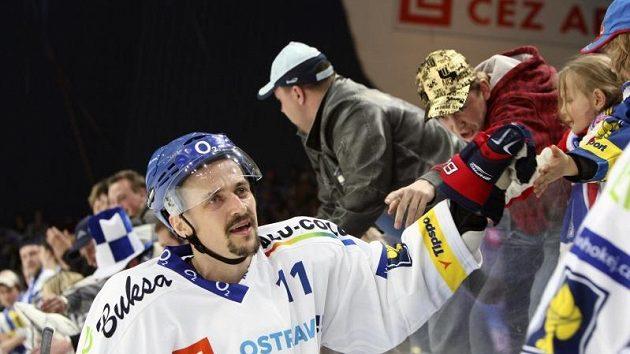 Autor dvou gólů Vítkovic Viktor Ujčík se raduje s fanoušky z vítězství a postupu do finále.