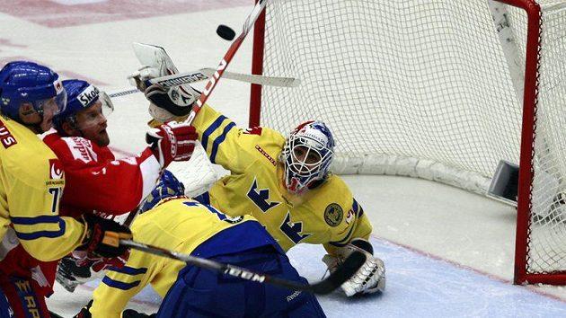 Martin Růžička (druhý zleva) se snaží překonat švédského brankáře Liva.