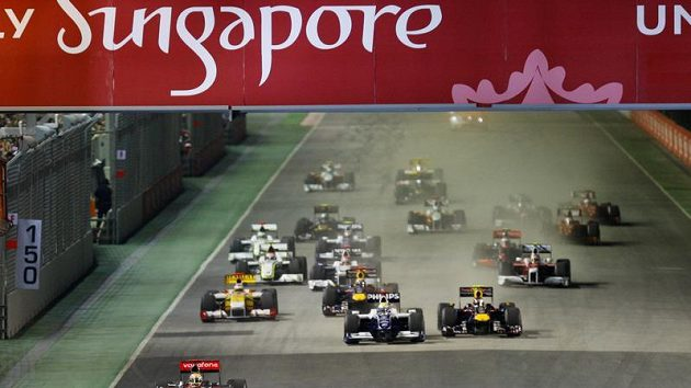 Piloti formule 1 krátce po startu GP Singapuru