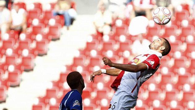 Slávista Hocine Ragued krotí míč před Marcelem Gecovem z Liberce.