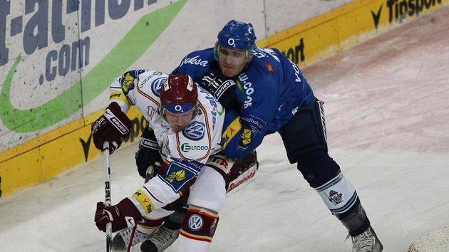 Sparťana Karla Hromase (vpředu) brání vítkovický Petr Jurečka.