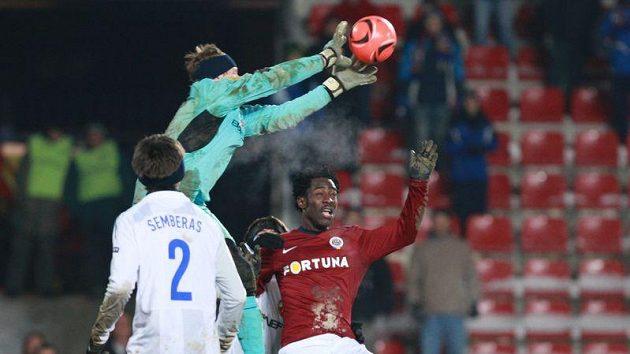 Před útočníkem Sparty Bonny Wilfriedem sbírá míč do rukavic gólman CSKA Moskva Čepčugov