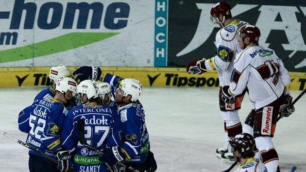 Hokejisté Plzně se radují z branky v utkání proti Spartě.