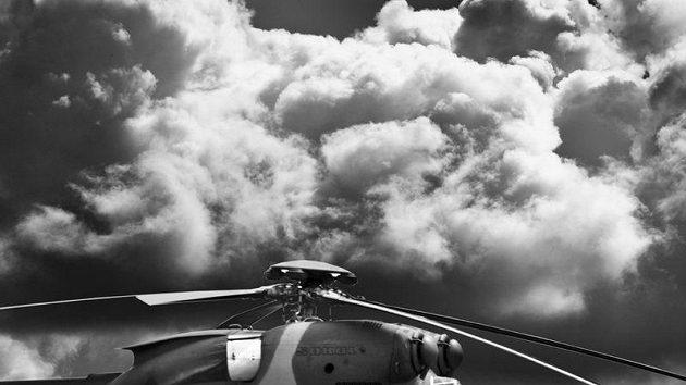 Lyžaři Pavel Churavý, Dušan Kožíšek, Jiří Magál a Martin Jakš (zleva) v roli vojenských záchranářů u vrtulníku PZL W-3A SOKOL
