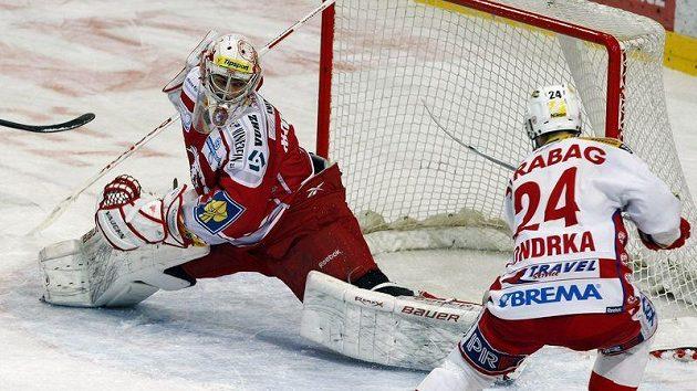 Slávista Michal Vondrka se snaží překonat třineckého brankáře Hamerlíka.
