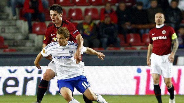 Sparťan Vacek se snaží sebrat míč Paschemu z Lausanne.