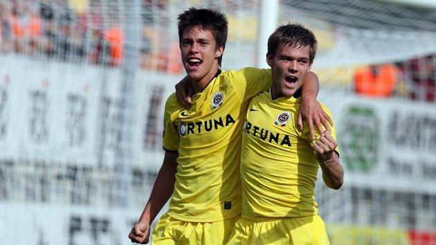 Sparťan Václav Kadlec (vlevo) poté, co vstřelil Příbrami gól. Gratuluje mu Luboš Kalouda.