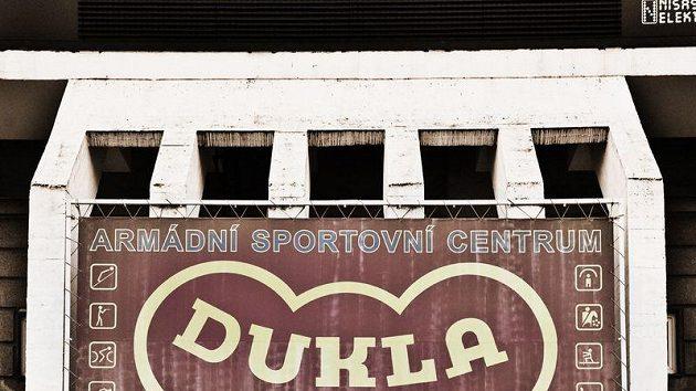 Společná fotografie aktérů fotografií na stadiónu Dukly na Julisce