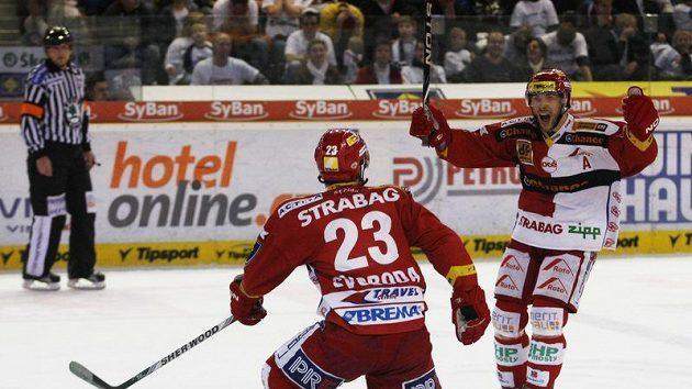 Tomáš Svoboda se raduje se spoluhráčem Vondrkou z rozhodujícího gólu Slavie.