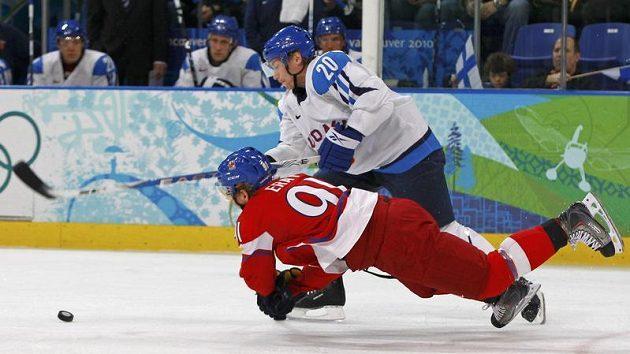Martin Erat bojuje o kotouč s Finem Antti Miettinenem ve čtvrtfinále olympijského turnaje.