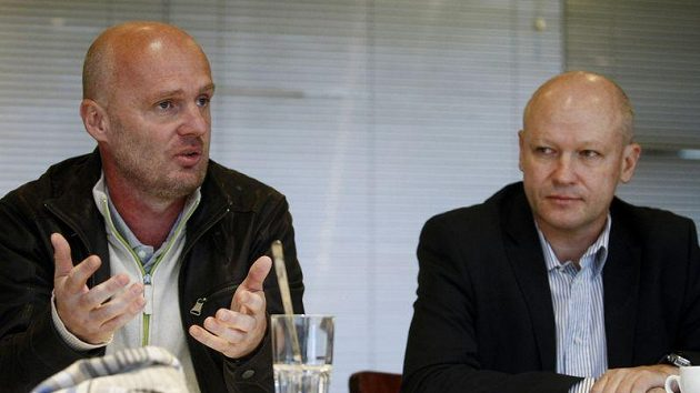 Trenér reprezentace Michal Bílek (vlevo) a šéf fotbalového svazu Ivan Hašek.