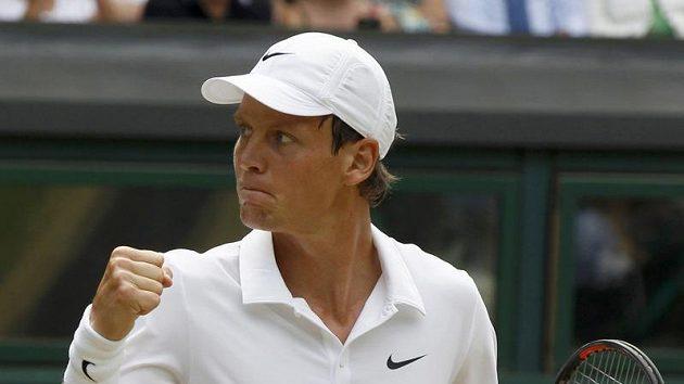 Český tenista Tomáš Berdych s vítězným gestem v utkání proti Rogeru Federerovi ve čtvrtfinále Wimbledonu.