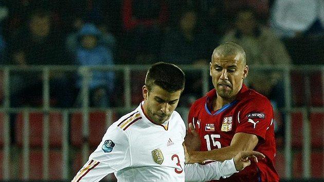 Španěl Gerard Piqué (vlevo) v souboji s Milanem Barošem.