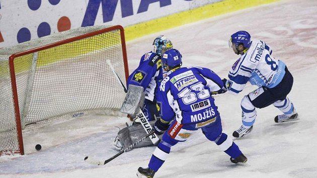 Antonín Melka z Kladna (vpravo) střílí gól Brnu