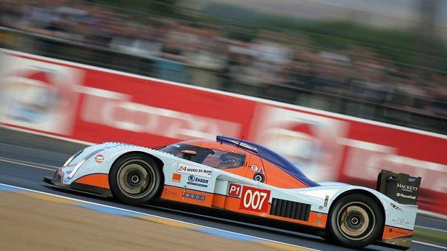 Prototyp Aston Martin posádky Charouz, Enge, Mücke při kvalifikaci závodu 24 hodin Le Mans.