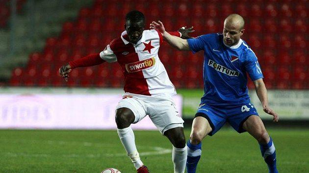 Slávista Bassirou Dembele (vlevo) bojuje o míč s Martinem Lukešem z Baníku Ostrava v utkání 16. kola Gambrinus ligy