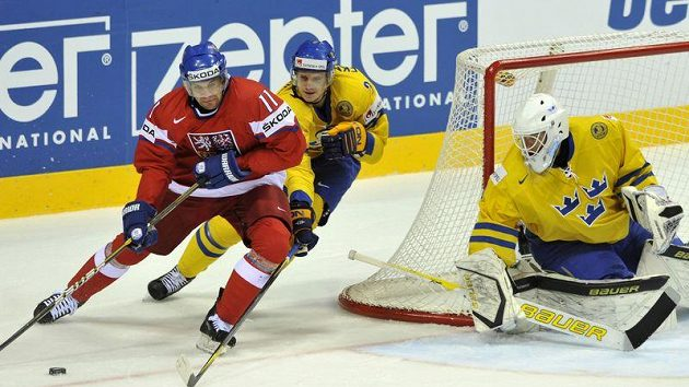 Petr Hubáček před švédskou brankou v semifinále MS