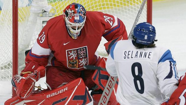 Před českým brankářem Tomášem Vokounem cloní Fin Teemu Selänne ve čtvrtfinále olympijského turnaje.