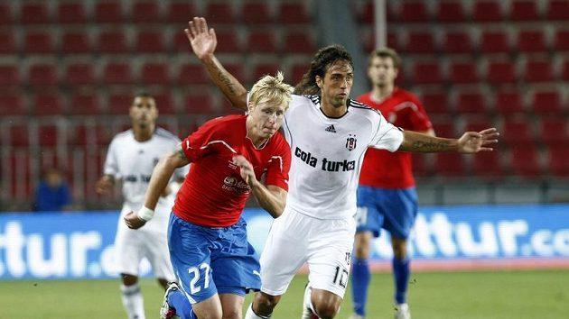 Rajtoral z Plzně (vlevo) bojuje o míč s Delgadem z Besiktase Istanbul.