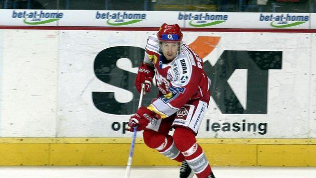 Hokejista Třince Jan Peterek zakládá útok během utkání na Spartě.