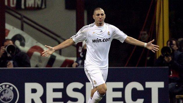 Karim Benzema v dresu Realu Madrid se raduje z branky do sítě AC Milán.