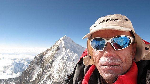 Radek Jaroš na vrcholu Lhoce, v pozadí Mount Everest.