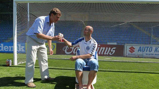 Jan Nezmar si připíjí s Janem Kovářem, manažerem sponzoringu Gambrinusu.