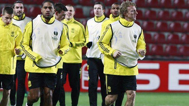 Nizozemec Dirk Kuyt při tréninku se spoluhráči z Liverpoolu na stadiónu Sparty.