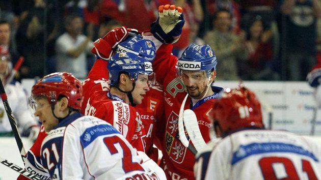 Radek Martínek (uprostřed) slaví gól při návratu do reprezentace do sítě Ruska.