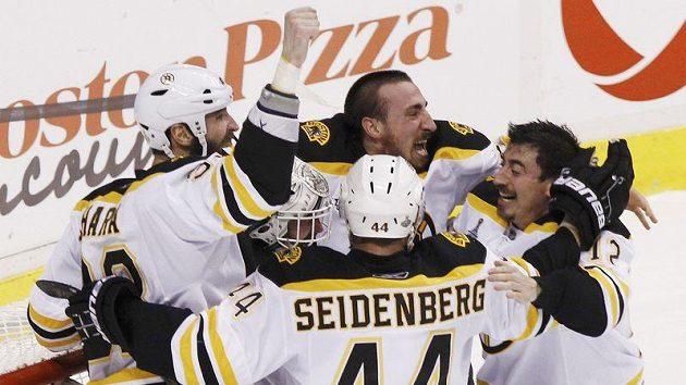 Tomáš Kaberle (vpravo) se raduje se spoluhráči z Bostonu z vítězství v sedmém finále NHL