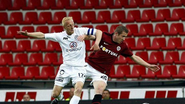 Juraj Kucka ze Sparty (vpravo) bojuje o míč s Pavlem Němčickým ze Slovácka.