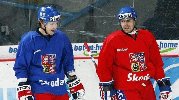 Petr Průcha (vlevo) komunikuje při tréninku české hokejové reprezentace s Tomášem Rolinkem.
