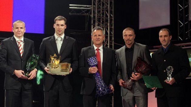 Zleva Talent roku Adam Hloušek, vedle něj Petr Čech, František Komňacký, Tomáš Řepka a syn Františka Veselého.