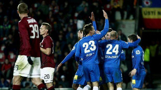 Fotbalisté Liberce se radují z branky do sparťanské sítě.