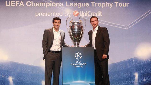 Vladimír Šmicer (vpravo) a Luis Figo s pohárem pro vítěze Ligy mistrů