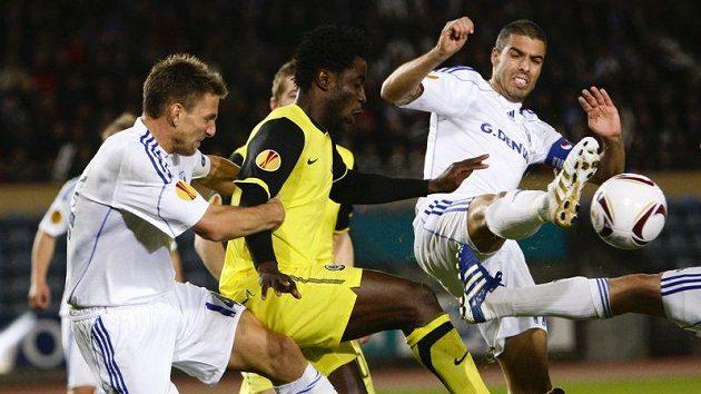 Bony Wilfried ze Sparty (ve žlutém) se snaží prosadit v chumlu hráčů Lausanne.