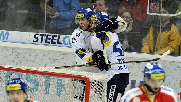 Vzadu zleva Lukáš Klimek a Petr Pohl z Vítkovic se radují z gólu, který však hlavní rozhodčí po poradě s videorozhodčím neuznal.