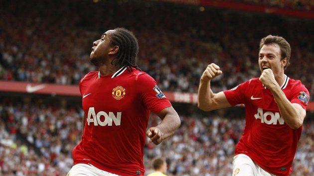 Anderson z Manchesteru United (vlevo) oslavuje svůj gól proti Norwichi.