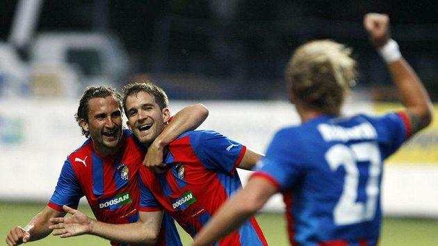 Fotbalisté Plzně - vlevo Petr Jiráček, vpravo úspěšný střelec Marek Bakoš - oslavují gól v síti Pjuniku Jerevan.