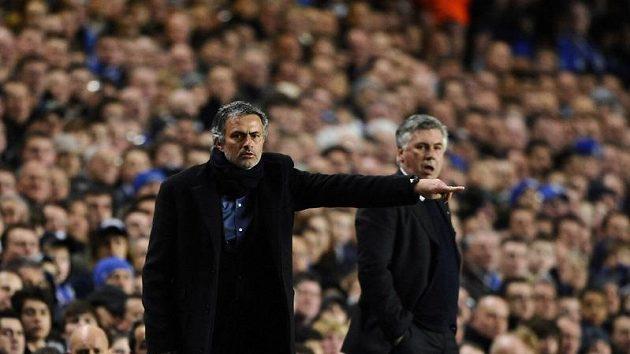 Zápas Chelsea - Inter Milán byl i velkým soubojem trenérů - Jose Mourinha (v popředí) a Carla Ancelottiho