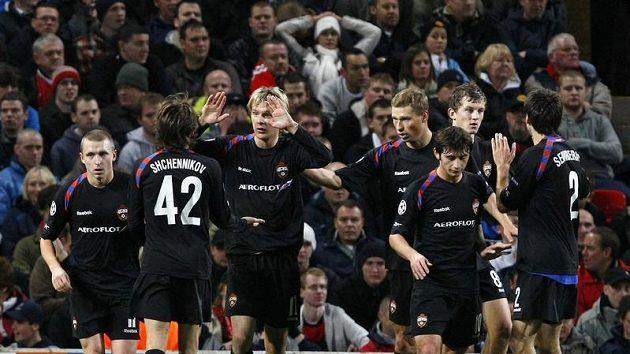 Fotbalisté CSKA Moskva se radují z branky do sítě Manchesteru United.